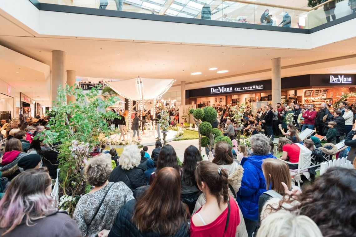 """Frühlingstrends auf Fashion-Karussell gezeigt   Pre-Motion Die Drehbühne von Ø 5M war für """"Fesche Fashion für den Frühling in Wien"""" gemietet worden. Das Huma Eleven sorgt als modernstes Shopping-Center Wiens am Traditionsstandort in Simmering mit 90 Shops."""