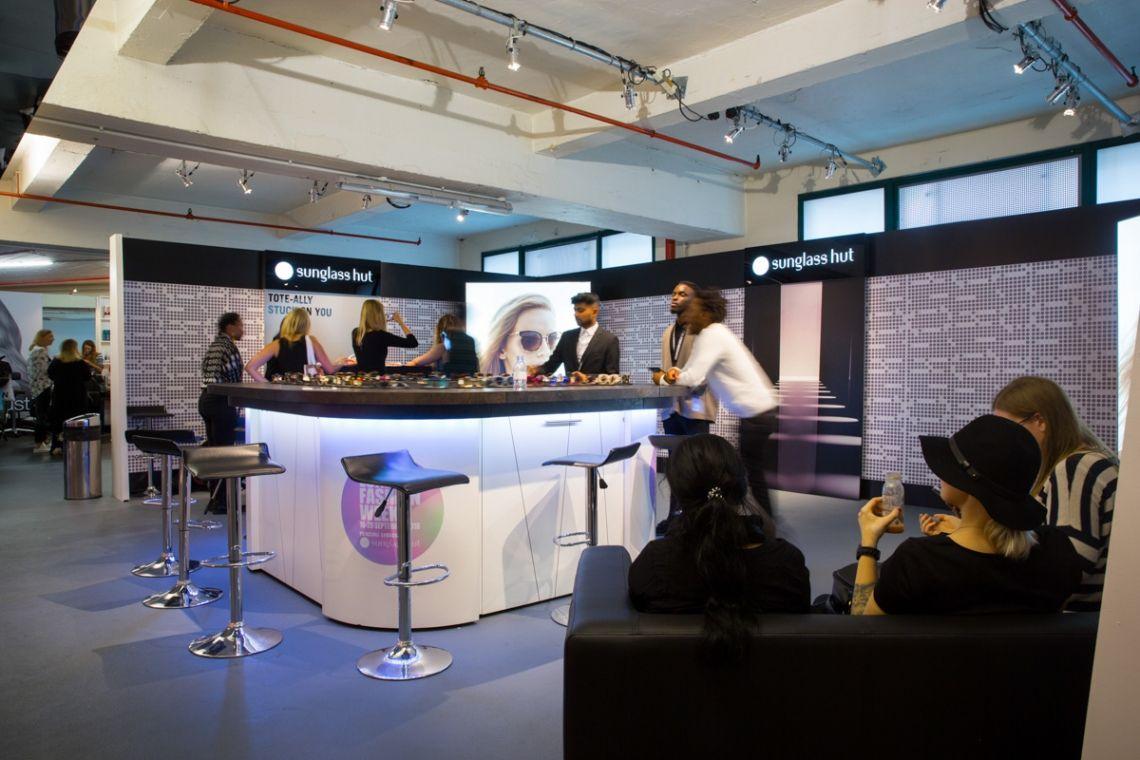 Eine mobile Sushibar für originelle Produktpräsentationen   Pre-Motion Mieten Sie diese mobile Sushibar schon für 1 Tag. Stellen Sie die Designbar in Ihre Räumlichkeiten und lassen Sie Ihr Personal hinter der Bar Position beziehen. Jetzt können Ihre Gäste kommen.
