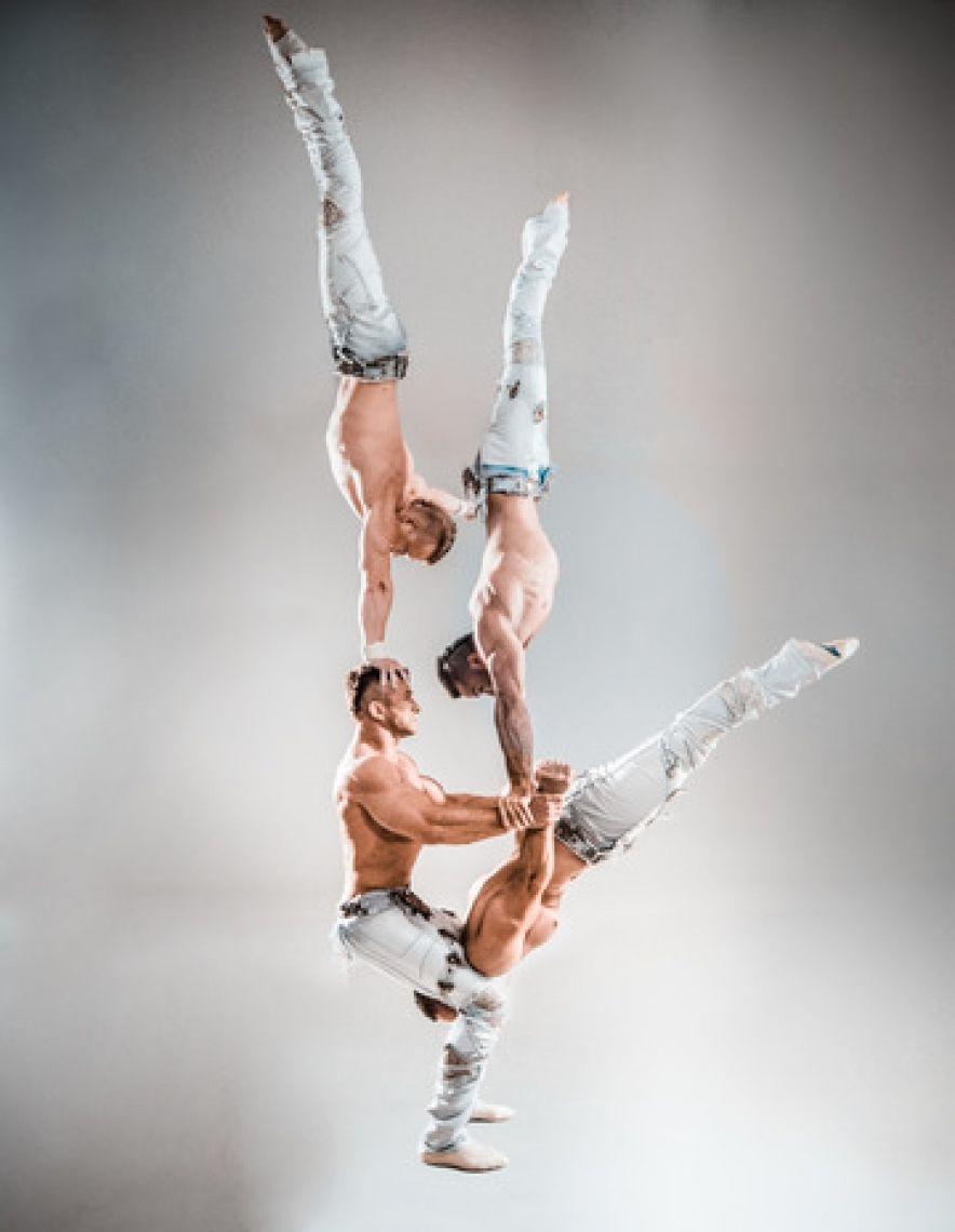 """White Gothic Eine unvergesslsiche Hand-auf-Handakrobatik-Show mit Weltklassecharakter  Vier junge Männer, acht Hände und eine enorme Körperspannung. Die Künstler von """"White Gothic"""" Quartett zeigen Hand-Balance-Akrobatik, die sich durch große Ausdauer, außerordentlichen Kraftaufwand und pure Ästhetik auszeichnet. Was die grossartigen Ukrainer auf der Bühne bieten, das ist Kraft und Energie pur! Akrobatik und Balancen höchster Schwierigkeitsgrade lassen Ihren Atem stocken. Nicht umsonst wurden sie im März 2011 bei dem Internationalen Zirkusfestival in Izhevsk mit Bronze ausgezeichnet!"""