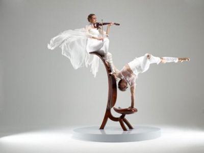 """Duo Viola Das """"Duo Viola"""" erzählt eine Liebesgeschichte zweier Künstler - Viktor und Mariana sind auch außerhalb der Bühne ein Paar und beinhaltet gleichzeitig auch die Annäherung und Verschmelzung zweier Kunstformen, der Musik und der Akrobatik. So entsteht eine Performance aus Leidenschaft und Sinnlichkeit. Die kraftvolle Körperlichkeit des ukrainischen Artisten Viktor Nebrat fügt sich nahtlos ein in das anmutige Viola-Spiel seiner Partnerin, auf die sich wiederum seine fließenden Bewegungen übertragen. In einer Symbiose aus Körper und Klang,Kraft und Geschmeidigkeit gehen beide Künstler ineinander auf und verführen den Zuschauer, sich von diesem Spektakel der Sinne mitreißen zu lassen. Wie eine Sirene lockt Mariana Vozovik mit der Bratsche ihren maskulinen Gegenspieler, gibt den Takt seiner Bewegungen vor und lässt durch die Sanftheit ihrer Klänge die Schwierigkeit und Anstrengung seiner Figuren fast mühelos erscheinen,als ob er auf den von ihr erzeugten Tönen schweben würde. Im Gegenzug wird sie vom Strom seiner Bewegungen mitgerissen und verleiht ihrem Spiel performativen Charakter. Sie schaffen es, den Zuschauer durch die Eleganz und Grazie ihrer Darbietung zu berühren."""