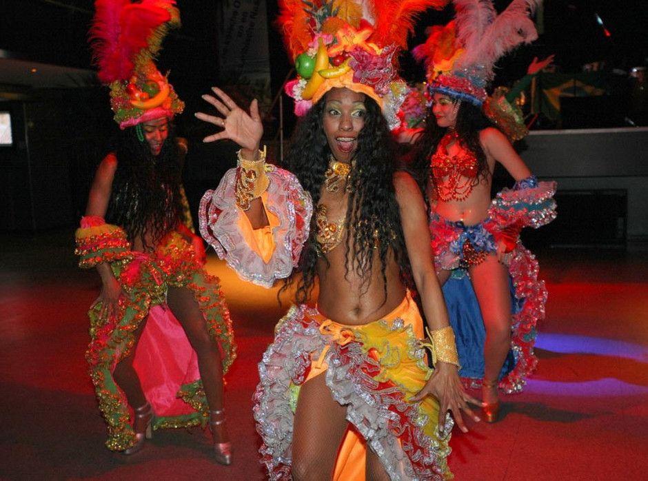 SAMBA-SHOW | TANZGRUPPE| KARNEVAL IN RIO DE JANEIRO LET´S DANCE: ELLEN KAMRAD BRINGT DIE EINZIGARTIGE SAMBASHOW AUF IHREN EVENT!  Diese farbenfrohe und quirlige Sambashow ist ein Spektakel, das sich individuell an Ihre Veranstaltung anpassen lässt. Dabei ist der Einsatz so flexibel wie die lebensfrohen Sambistas in ihren Originalkostümen. Ob Mottoparty wie karibische Nacht oder Südseetraum oder Straßenfestivals und Open Air Veranstaltungen: Das Programm reicht von einer 20minütigen Performance bis zu einem Einsatz von mehrteiligen Shows mit Kostümtausch!  Hier bleibt kein Tanzbein still, wenn Rio Carnaval Einzug erhält. Professionell passt sich die Sambashow an örtliche Begebenheiten an und kann auch für private Veranstaltungen oder Restaurants und Dinner-Events gebucht werden!