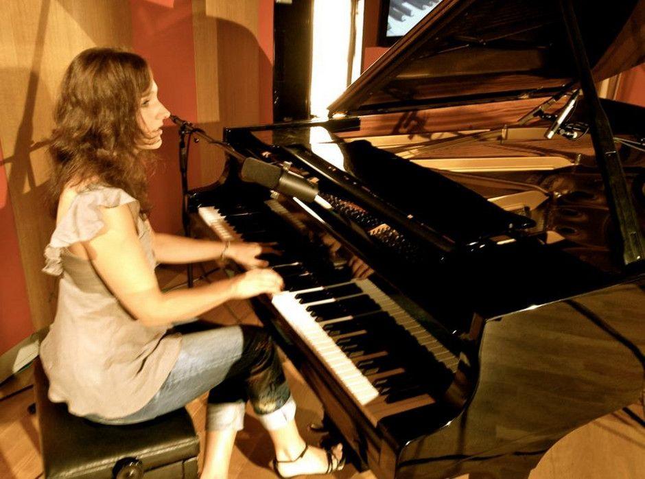 ZUZANNA KIÉS | PIANISTIN | SÄNGERIN | KOMPONISTIN Die gefragte Sängerin und Pianistin jetzt über Ellen Kamrad buchen!  Mit ihrem bezaubernden und einnehmenden Gesang, ihrem virtuosen Klavierspiel und ihrer überzeugenden Bühnenpräsenz hat Natalie Kies sich deutschlandweit einen herausragenden Ruf erspielt. So gilt sie heute als eine der Top-Besetzungen und Highlights auf einer Gala oder einem Empfang und überzeugte ihr Publikum mehrfach bei stilvollen Dinner-Events.  Dabei ist es der Kölner Sängerin besonders wichtig, ihr musikalisches Repertoire individuell an Ihren Event  anzupassen und so für die perfekte Atmosphäre auf Ihrer Veranstaltung zu sorgen.     Lassen auch Sie sich von dem Talent dieser Musikerin überzeugen und buchen Sie die Sängerin und Pianistin Natalie Kies jetzt über Ellen Kamrad. Je nach Veranstaltung und Ihren Vorstellung berät Ellen Kamrad Sie individuell und persönlich. Zögern Sie nicht und kontaktieren Sie Ellen Kamrad telefonisch oder per E-Mail Mit Natalie Kies buchen Sie die musikalische Punktlandung für Ihren Event!