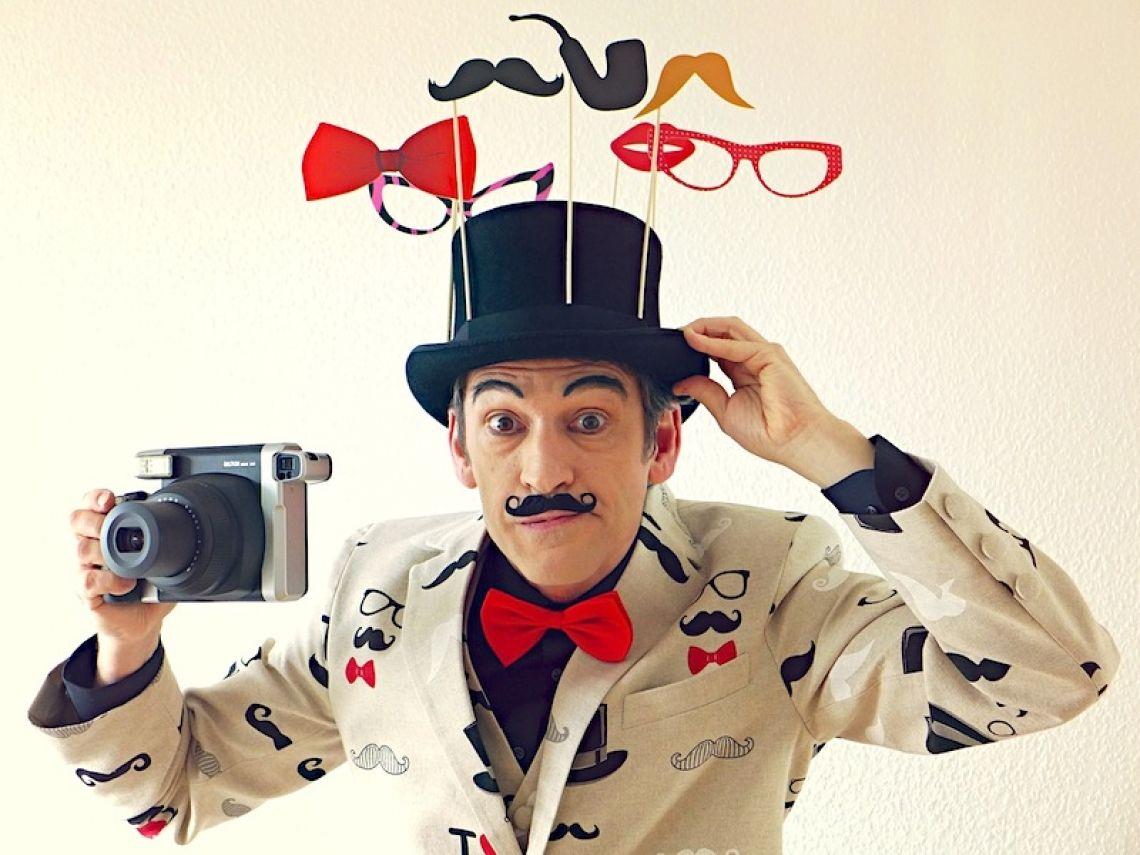 Comedy Fotograf Alexander Simon in seiner Rolle als Comedy-Fotograf
