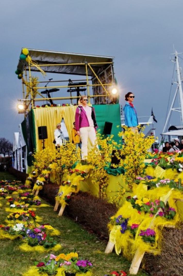 Fashion Show - Rostock Warnemünde Laufsteg mit Bühnenfläche in zweiter Ebene