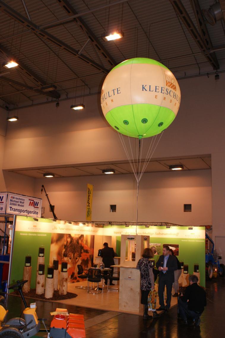 Heliumballon Heliumballone sind sowohl im Aussenbereich als auch auf Messeauftritten einsetzbar. Die Beschriftung erfolgt durch Lackierung oder per Digitaldruck. Ob Logoplazierung oder Gestaltung als Weltkugel ist alles möglich. Auf Wunsch beliefern wir Sie auch bundesweit mit Helium. Ebenso bieten wir Fullservice im Betrieb der Ballone bei Neueröffnungen etc.