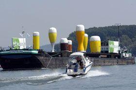 Bierschiff auf dem Rhein Um die Vielfalt des deutschen Bier zu zeigen wurde dieses Containerschiff mit 6 aufblasbaren Biergläsern ausgestattet. Herstellung, Aufbau vor Ort und Betreuung des Events während seiner Rheintour erfolgte durch uns