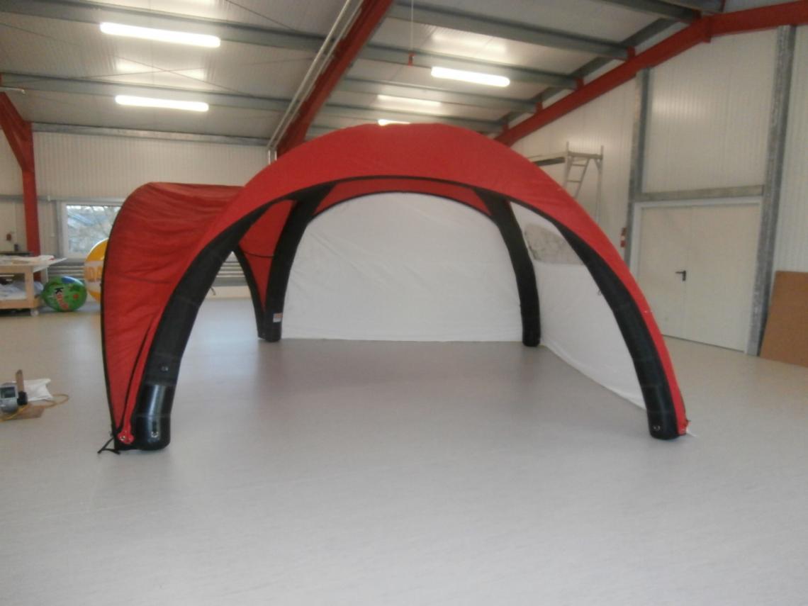 Zelt aufblasbar Diese Zelte haben eine aufblasbare Röhrenkonstruktion mit einem luftdichtem Innenkern. Zwischen die Röhren können Dach und Seitenwände und Vordächer gespannt werden. Die Montage erfolgt per Reißverschluss. Maße von 3 x 3 bis 6 x 6 Metern möglich. Durch den hohen Innendruck sind die Zelte auch beei geringem Röhrendurchmesser extrem stabil