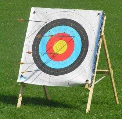 Die Zielscheibe beim Bogenschießen Die Kunst des Bogenschießens. Eine Einführung in das traditionelle Bogenschießen mit Turnier für Ihre Gäste. Spiel-o-Team kommt mit den Recurve-Bögen, Pfeilfangnetzen, Zielscheiben und der gesamten Ausstattung für das Bogenschießen zu Ihnen und Ihren Gästen.