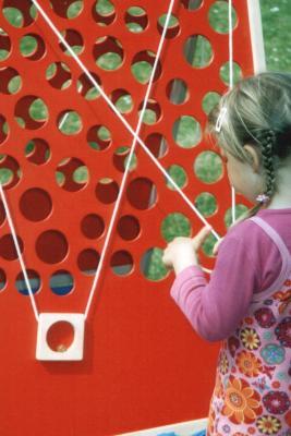 Der rote Murmelaufzug von Spiel-o-Top Der rote Murmelaufzug ist eines der Großspiele oder Holzspiele, die bei dem Spielpaketen Familienspiele I, Familienspiele II oder Familienspiele XL dabei sind. Die anderen Spiele sind Carrom, Weykick, Hattrick, Jakkolo oder Sjoelbak, Kreisel, Balancierspiele oder Jonglierkiste. Zu den Spielen gehört eine Überdachung wie zum Beispiel ein rundes Zelt mit 4m Durchmesser oder ein Sonnensegel. Natürlich sind die Spiele von einer Spielleiterin oder einem Spielleiter fachkundig betreut. Nur so läuft die Spielanimation, die Kinderanimation oder der Spielevent rund.