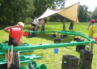 Die Wasserbaustelle mit den grünen Rohren Die Wasserbaustelle können Sie in 2 Paketen buchen. Sie besteht aus 50m oder 90m Rohrleitung, mehreren Wasserbecken, Eimern, Gießkannen und natürlich 30m Schlauchleitung. Natürlich benötigt sie einen Wasseranschluss vor Ort. Die Wasserbaustelle wird von 1 oder 2 Spielleiter/innen betreut. Ein oder zwei Sonnensegel sind mit dabei. Ein Wasserspass für kleine und große Kinder!