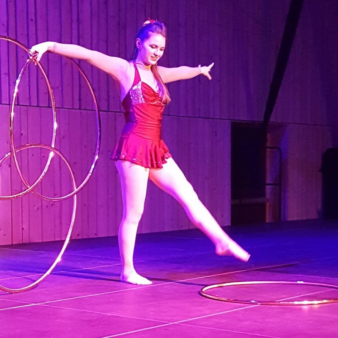 Miss Edith - Hula Hoop Show Magischer Hula Hoop Act