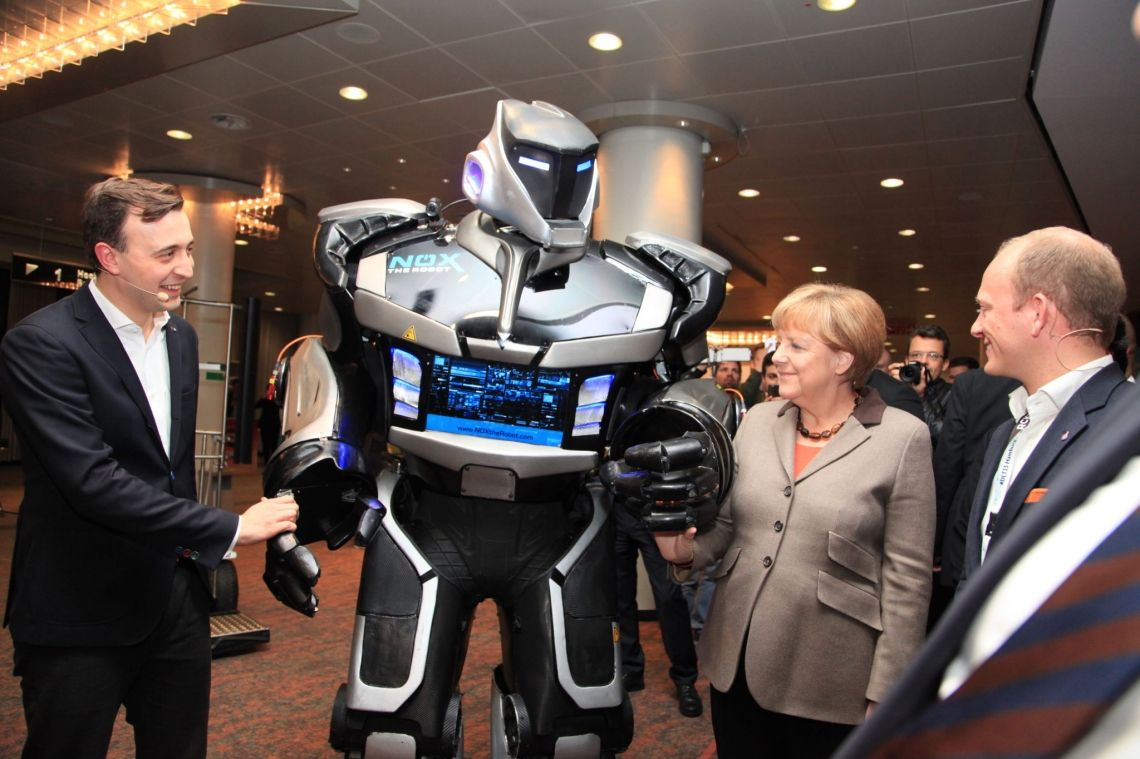 Auch Angela Merkel konnte NOX's Charme nicht wiederstehen.
