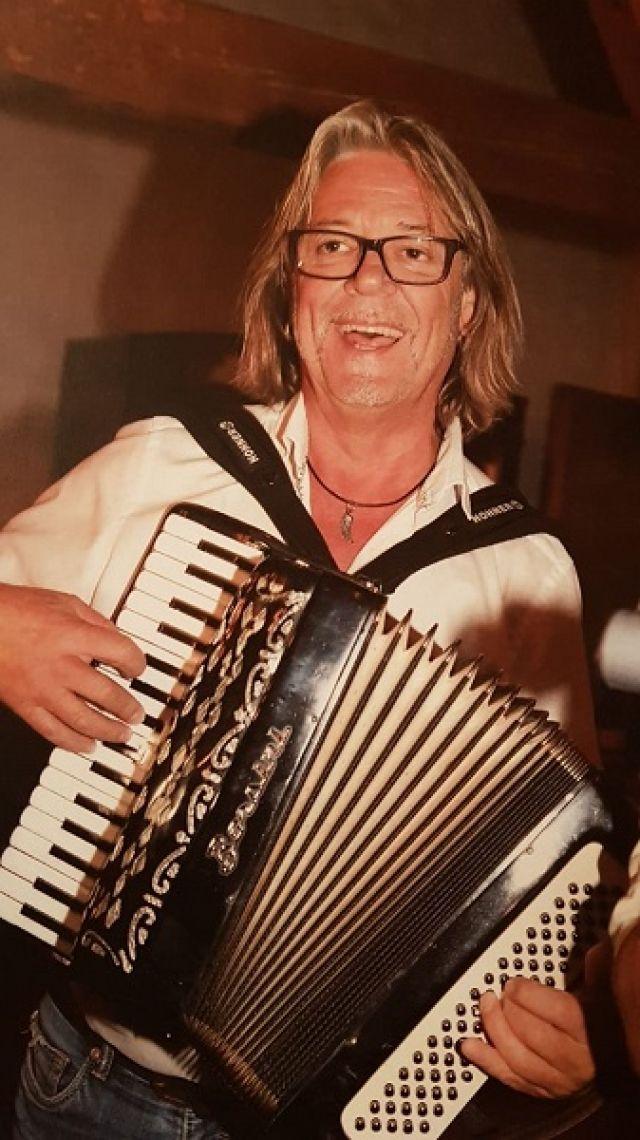 """Jeanys Partyband Frontman Jeany Rüdiger """"Jeany"""" Gruber spielt und singt live und unplugged Evergreens verschiedenster Genres."""