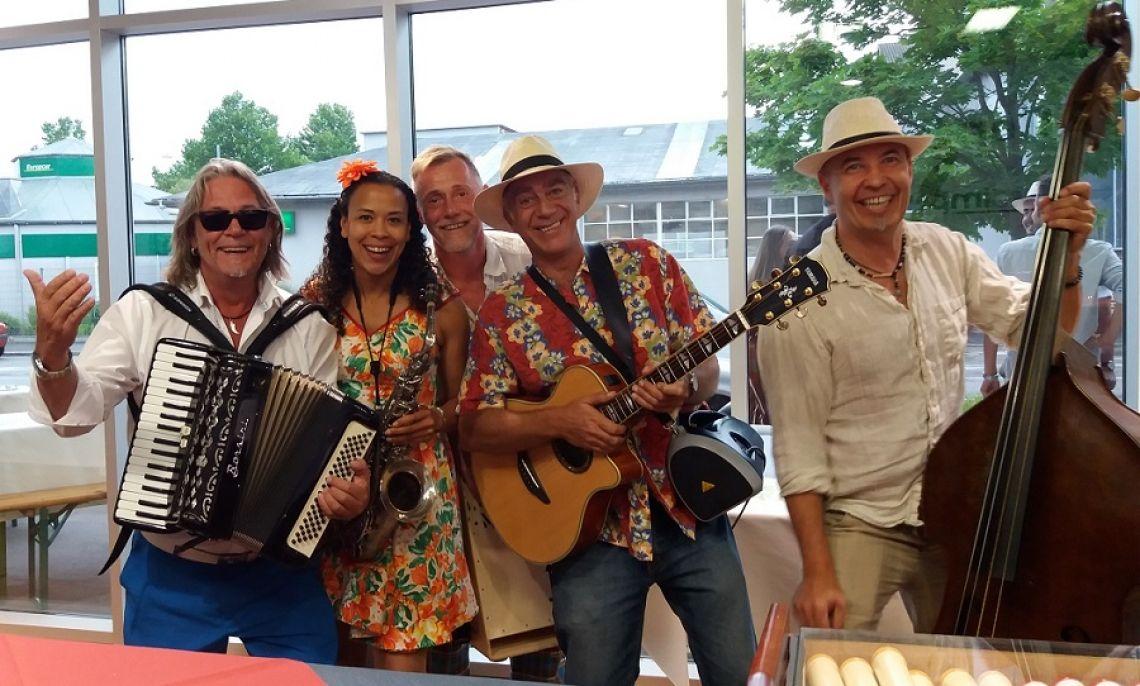 Jeanys Partyband als sommerliche Walking-Band bei einem Betriebsfest Die Band verbreitet mit frischen Sommersongs feierliche Stimmung unter den Gästen als Walking-Act live und unplugged.