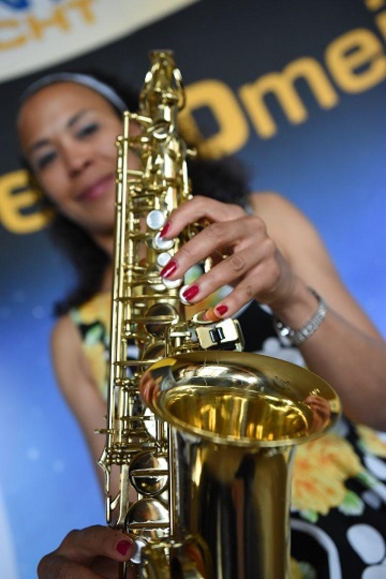 """Jeanys Partyband am Saxophon und Sängerin Tamara Tamara spielt Saxophon und singt internationale Titel in """"Jeanys Partyband"""" live und unplugged."""