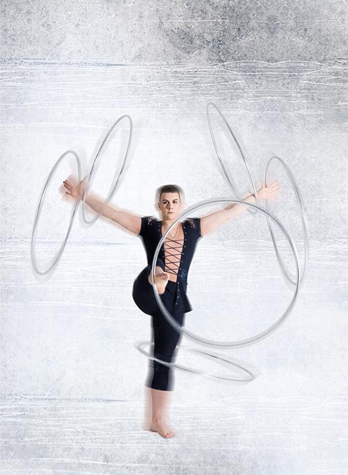 Vadim Einen Hula-Hoop-Reifen um die Hüfte tanzen zu lassen, ohne den Reifen allmählich in Richtung Knöchel zu bewegen, ist bekanntlich schwierig. Umso schwieriger ist dies mit gleich mehreren Reifen… In seinem eleganten Hula-Hoop-Act vermischt der gebürtige Lette Vadim traditionelle Einflüsse aus dem Tango mit modernen Elementen der elektronischen Musik. Eine sehr dynamische Nummer, die Kraft, Tanz und gute Körper-Koordination kombiniert. Diese Passion ist eine runde Sache!