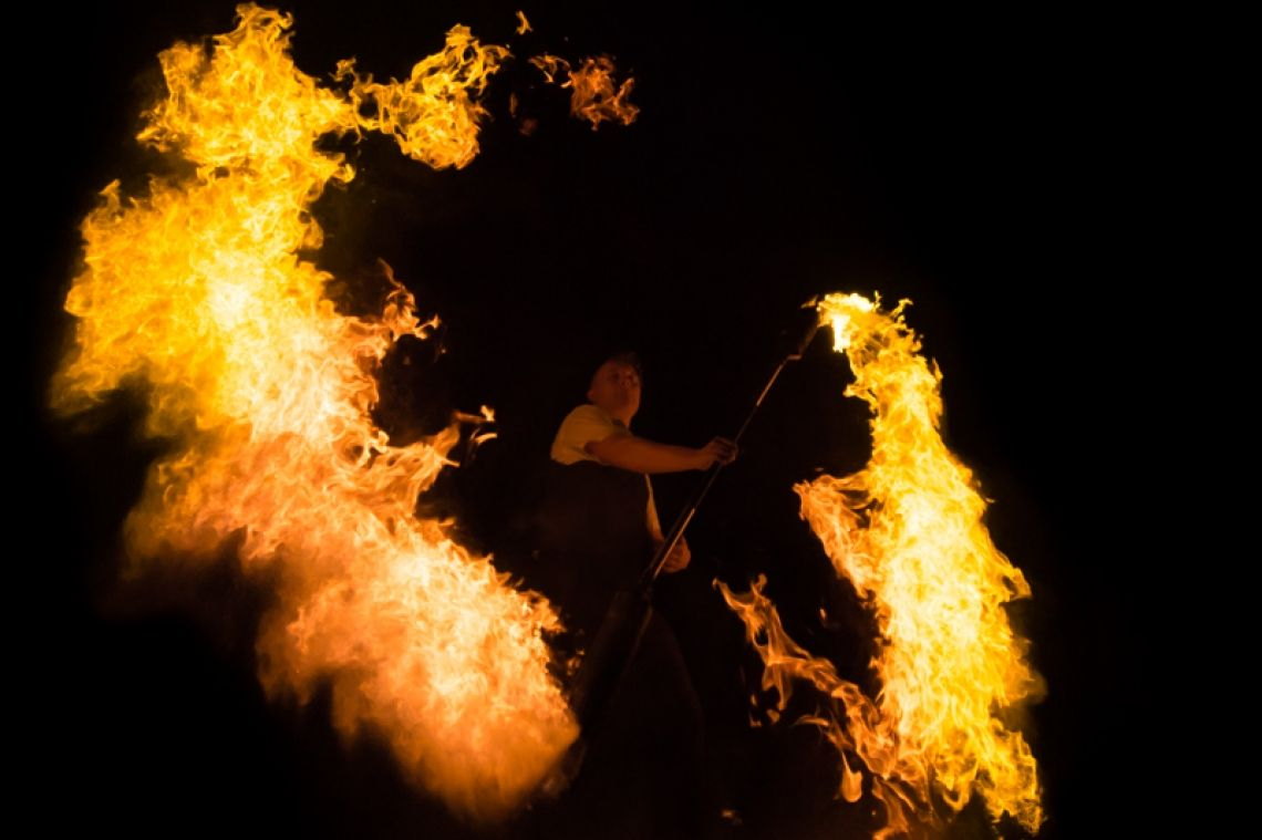 Classic Fire Kai Becker entwickelt eine neuartige Form der Feuershow mit innovativen Tools und spektakulären Effekten. Musikalisch wird sie begleitet von einer Mischung aus Swing gepaart mit elektronischen Einflüssen. Klassisch und gehoben, jedoch modern und innovativ.  Auf Wunsch kann die Show auch mit dem spektakulären Flammensystem & Bühnentechnik begleitet werden.  Kontaktieren Sie mich jetzt um ein Angebot inkl. Preis für  innovative Feuershows aus Hessen mit Feuerschlucker zu erhalten.