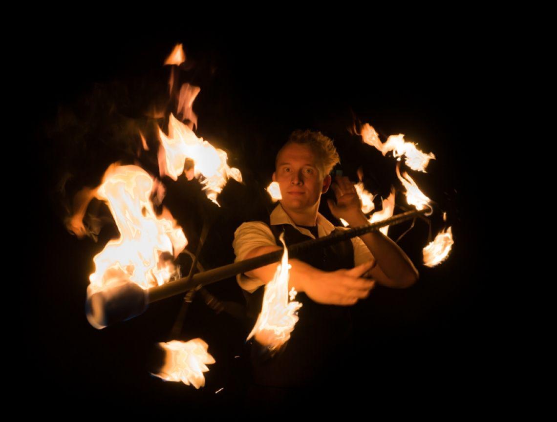 Classic-Fire Kai Becker entwickelt eine neuartige Form der Feuershow mit innovativen Tools und spektakulären Effekten. Musikalisch wird sie begleitet von einer Mischung aus Swing gepaart mit elektronischen Einflüssen. Klassisch und gehoben, jedoch modern und innovativ.  Auf Wunsch kann die Show auch mit dem spektakulären Flammensystem & Bühnentechnik begleitet werden.  Kontaktieren Sie mich jetzt um ein Angebot inkl. Preis für  innovative Feuershows aus Hessen mit Feuerschlucker zu erhalten.