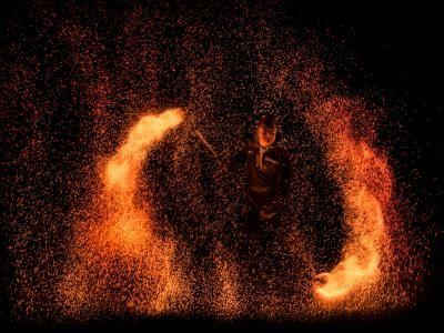 Industrial Fire – Sprühende Funken und brennende Fässer Im Industrie-Flair, zwischen Ölfässern und sprühenden Funken, bietet der Feuerkünstler eine spektakuläre Feuershow mit neuartigen Effekten. Begleitet vom spektakulären Flammensystem folgt ein Höhepunkt dem anderem, die Ihre Gäste zum Staunen bringen.  Eine Show ideal für Großveranstaltungen, aber auch im kleinen Rahmen überwältigend. Kraftvoll wie ein Hammerschlag auf glühendes Eisen, so dass die Funken fliegen.  Fragen Sie noch heute nach einem Angebot um zu buchen.
