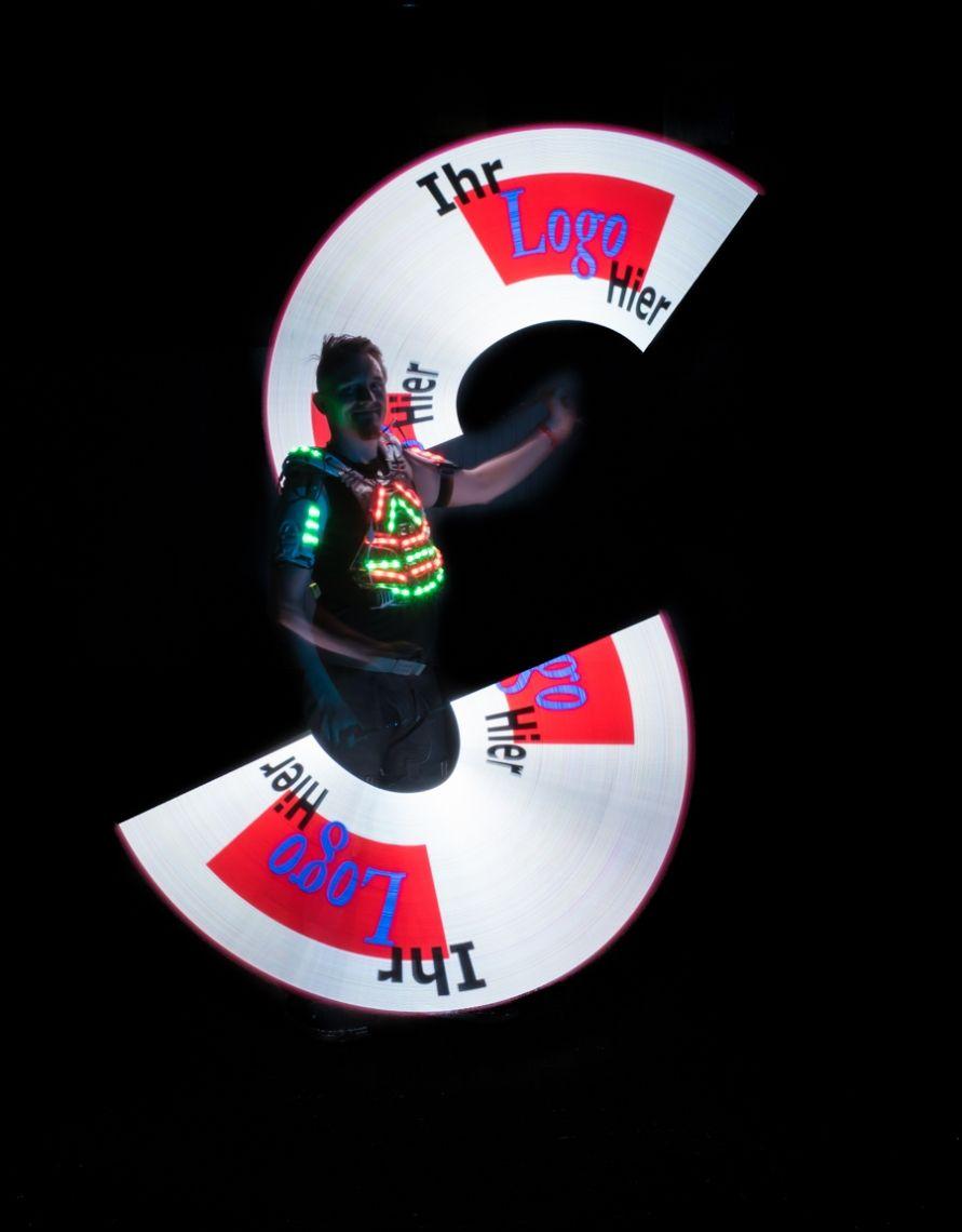 Pictures of Lights Neuartige Pixel-Technologie ermöglicht es Kai Becker brillante Bilder ins Dunkle zu zeichnen. Gepaart zu einer hochkarätigen Choreografie wechseln alle Requisiten passend zur Musik gesteuert die Farbe und Grafik während der LED Jonglage Während der Lichtshow wird mehrfach Ihr Logo oder Slogan in bis zu 16 Millionen Farben dargestellt. Anspruchsvolle Lichtjonglage und innovatives Spinning runden diese High End LED Show ab.  Lichtstrahlen wandern durch den Raum und wenn Ihr Logo in der Luft erscheint wird ein Raunen durch das Publikum gehen.  Buchen Sie Ihr Logo aus Licht als Show hier.