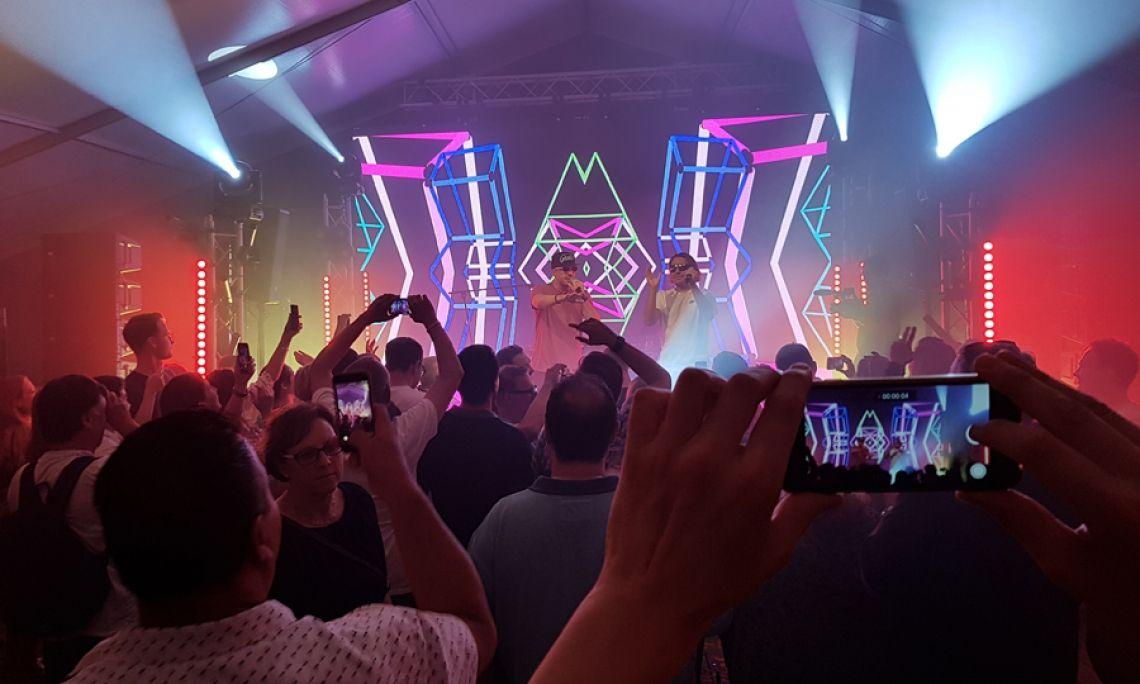 Party hard.  #Bühne #LED-Wand #Konfettishooter und natürlich #Tontechnik und #Lichttechnik.