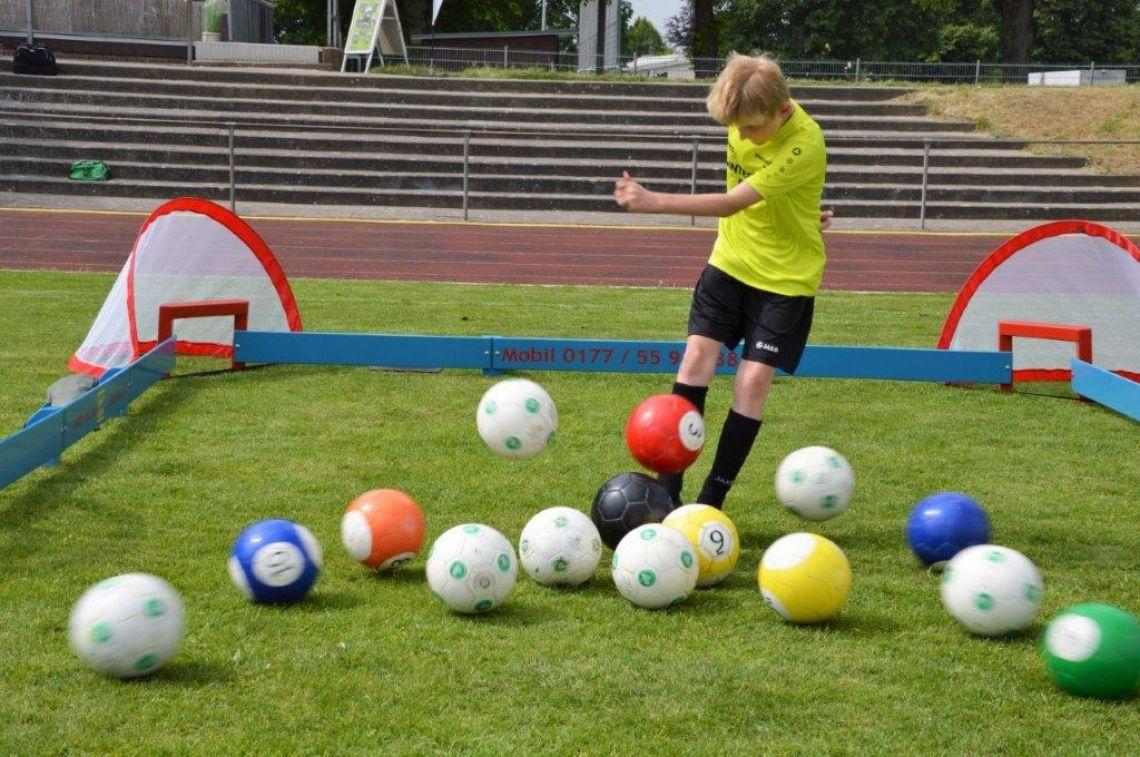 """Fussball Billard """"BiG""""FootBiARENA  Hier werden die beiden Sportarten Fussball und Billard gemischt. Die Spielidee vom Billard mit der Spielweise des Fussball. Wir haben Bälle, Banden und Tore dabei. Die Spielfläche beträgt hier ca. 4m x 8m, die FootBiARENA """"BiG"""" kann Indoor wie auch im Outdoor eingesetzt werden. Als Untergrund kann Naturrasen, Kunstrasen, Teppich, Fliesen, Hallenboden, Asphalt und viele weitere Untergründe verwendet werden. Sie können diese besondere Spiel-idee bei uns auch kaufen und sich in Ihren individuellen Farben mit Branding herstellen lassen."""