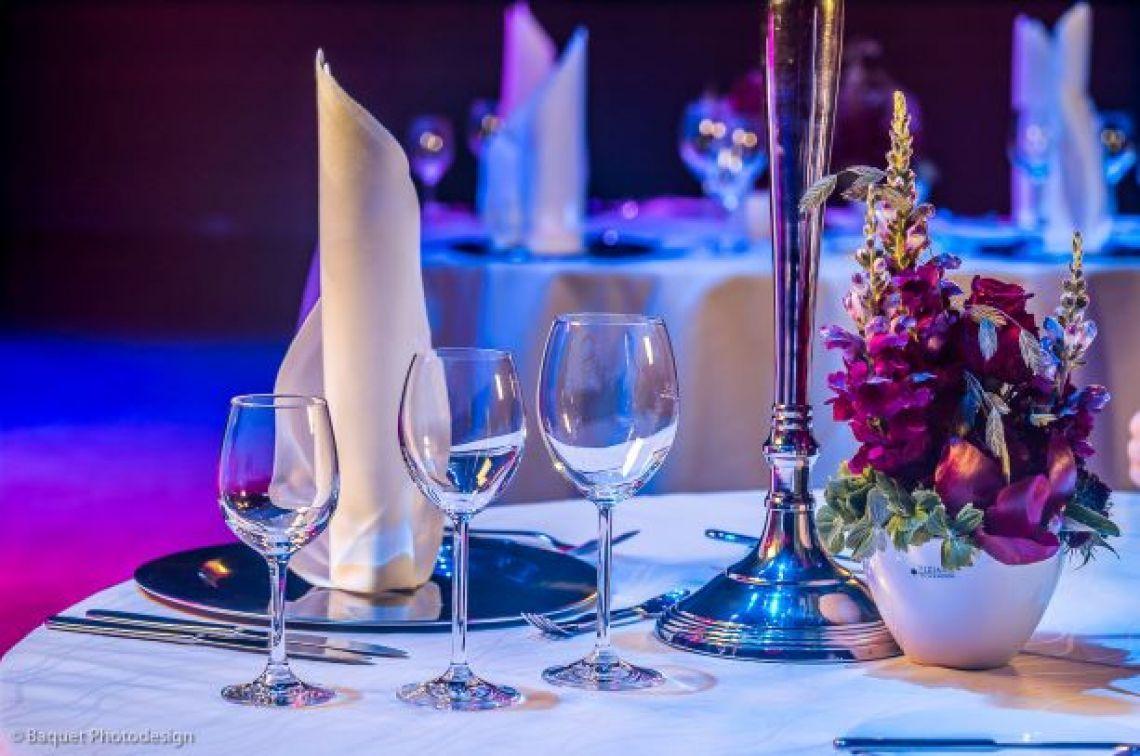 Galadinner Die Stadthalle Troisdorf bietet Raum für unterschiedliche Veranstaltungskonzepte. Vom Galadinner bis hin zum Jubiläum ist alles möglich.