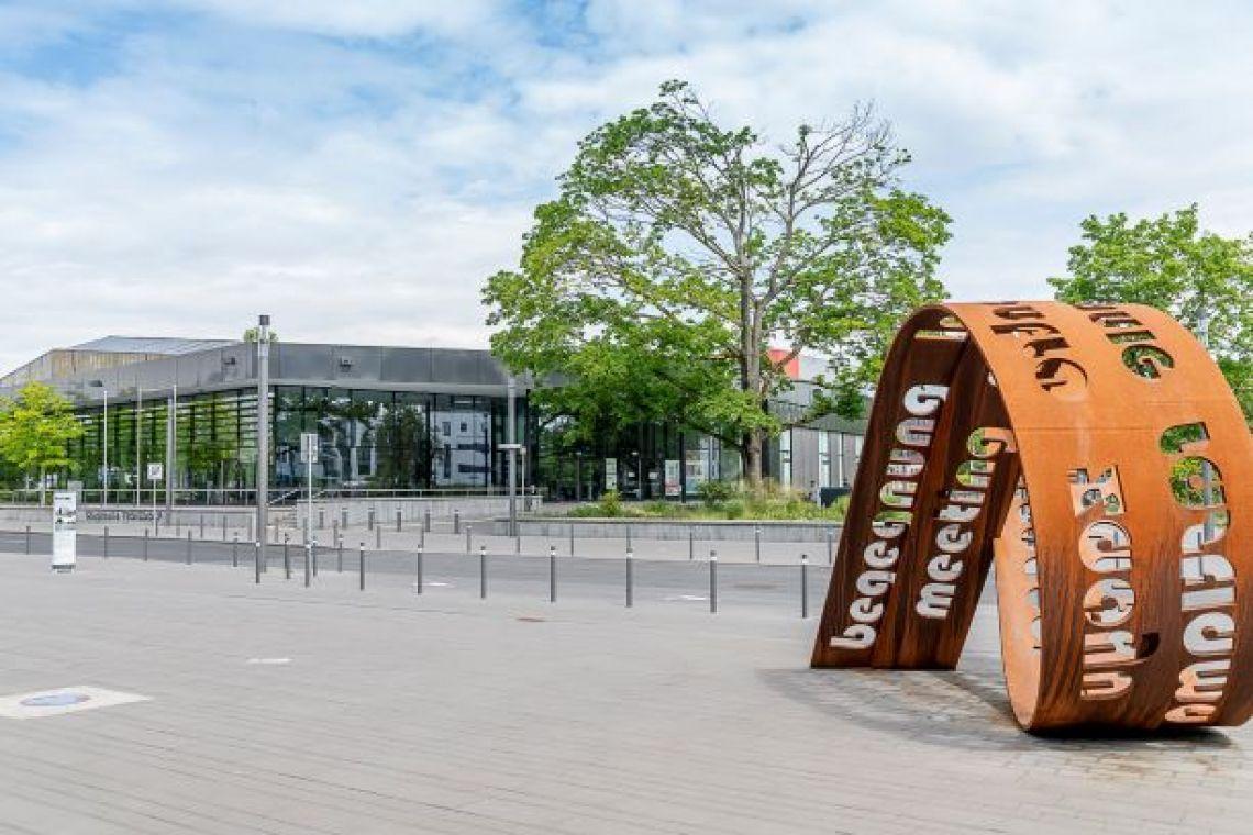 Frontansicht Stadthalle Troisdorf Blick vom städtischen Rathaus in Richtung des Haupteingangs der Stadthalle Troisdorf.