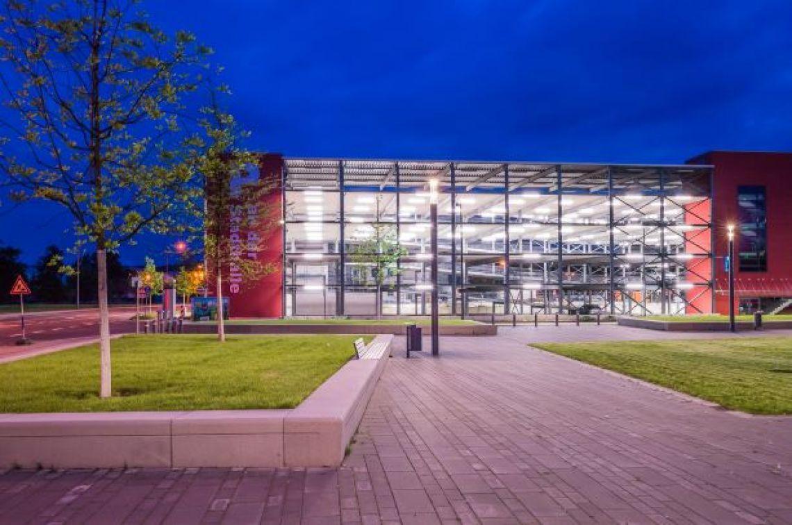 Parkhaus an der Stadthalle Troisdorf, beleuchtet Blick vom Open.Air.Platz zum Parkhaus an der Stadthalle.