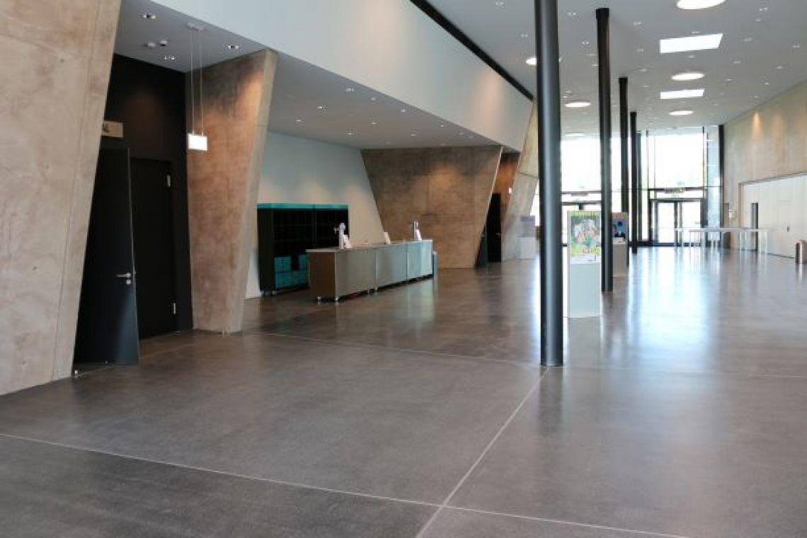 Foyer der Stadthalle Troisdorf Überblick über das gesamte modern ausgestattete lichtdurchflutete Foyer der Stadthalle Troisdorf.