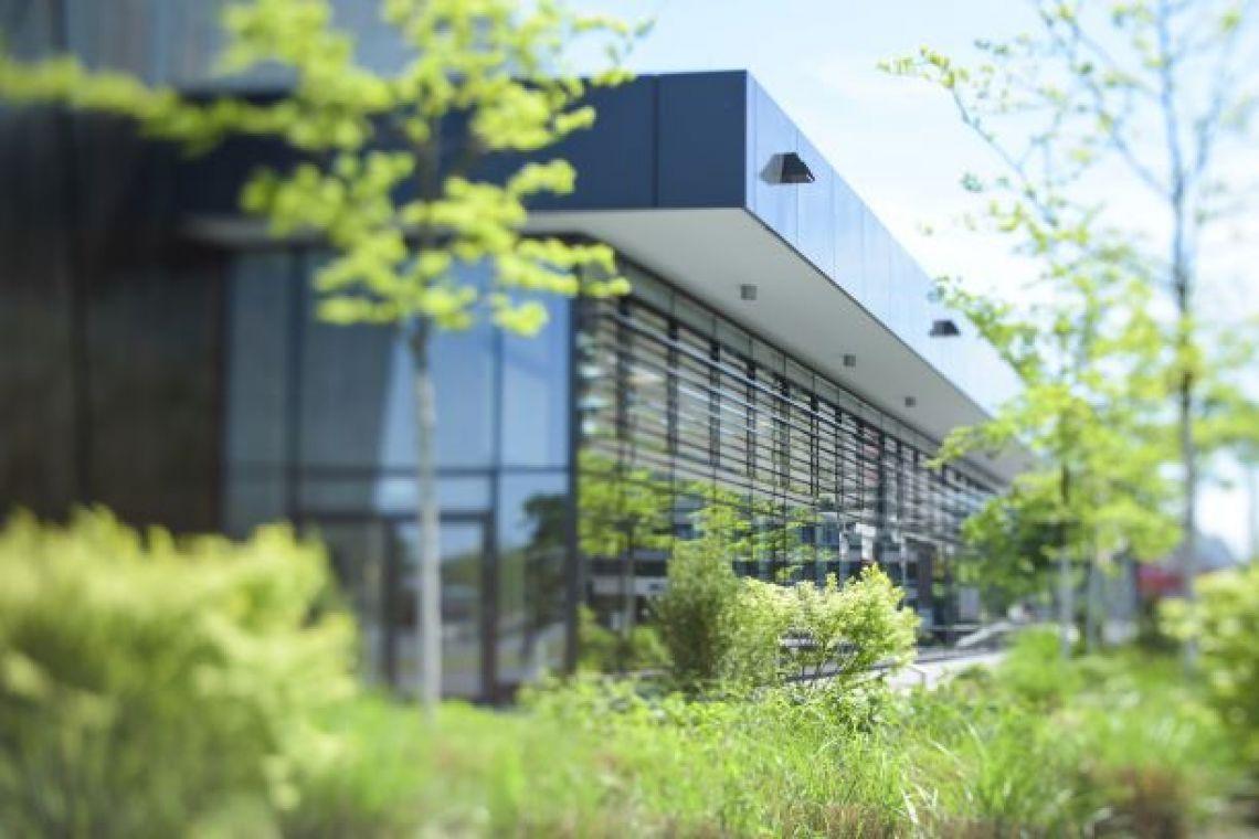 Nahaufnahme des Glasfrontanbaus Dieser Teil der Stadthalle Troisdorf lädt zum Verweilen im Grünen ein.