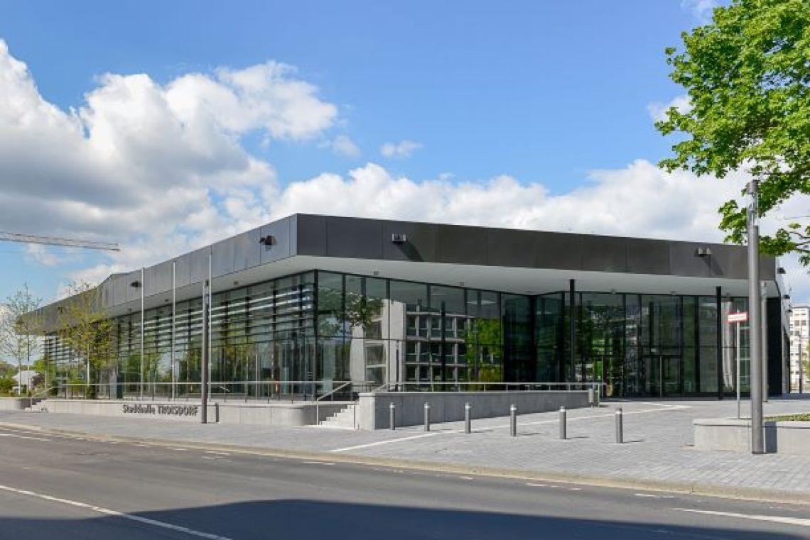 Frontansicht Stadthalle Troisdorf Blick auf die gesamte Glasfront und dem großzügigen Eingangsbereich.