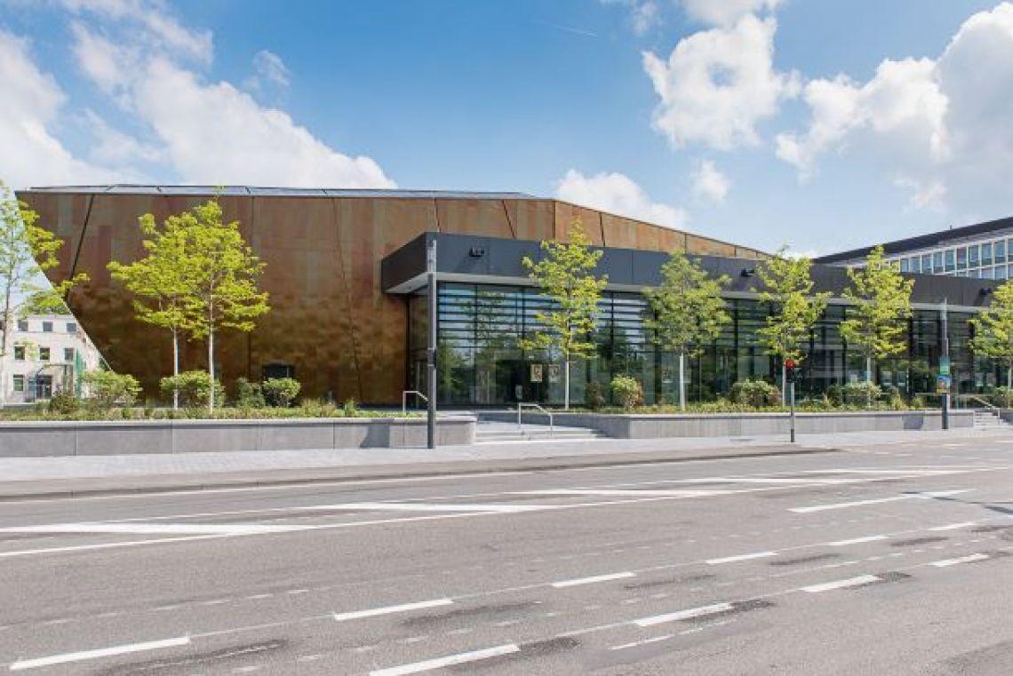 Außenansicht Stadthalle Troisdorf Blick auf den seitlichen Glasbereich der Stadthalle Troisdorf