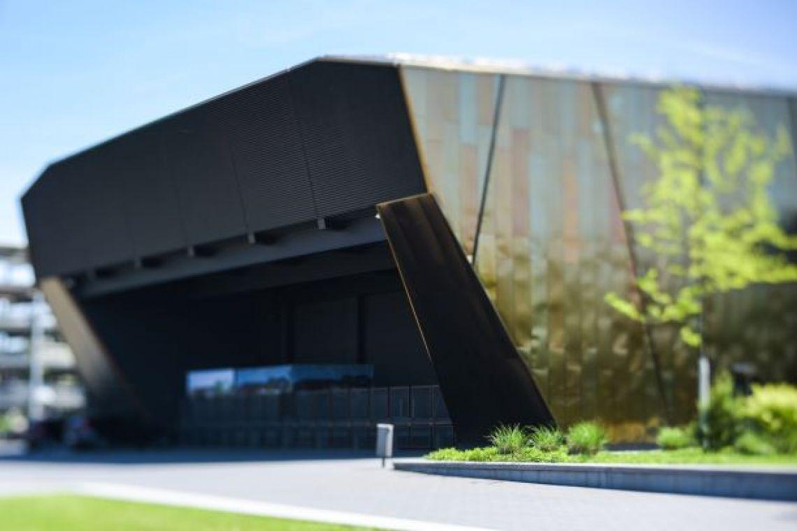 Außenbühne der Stadthalle Troisdorf Seitlicher Blick zur überdachten Außenbühne am angrenzenden Open.Air.Platz der Stadthalle Troisdorf