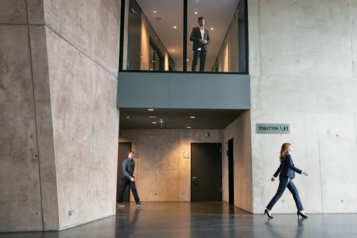Seitliches Foyer der Stadthalle Troisdorf Drehkulisse im seitlichen Part des Foyers der Stadthalle Troisdorf mit Blick zum Verwaltungsbereich im Obergeschoss.