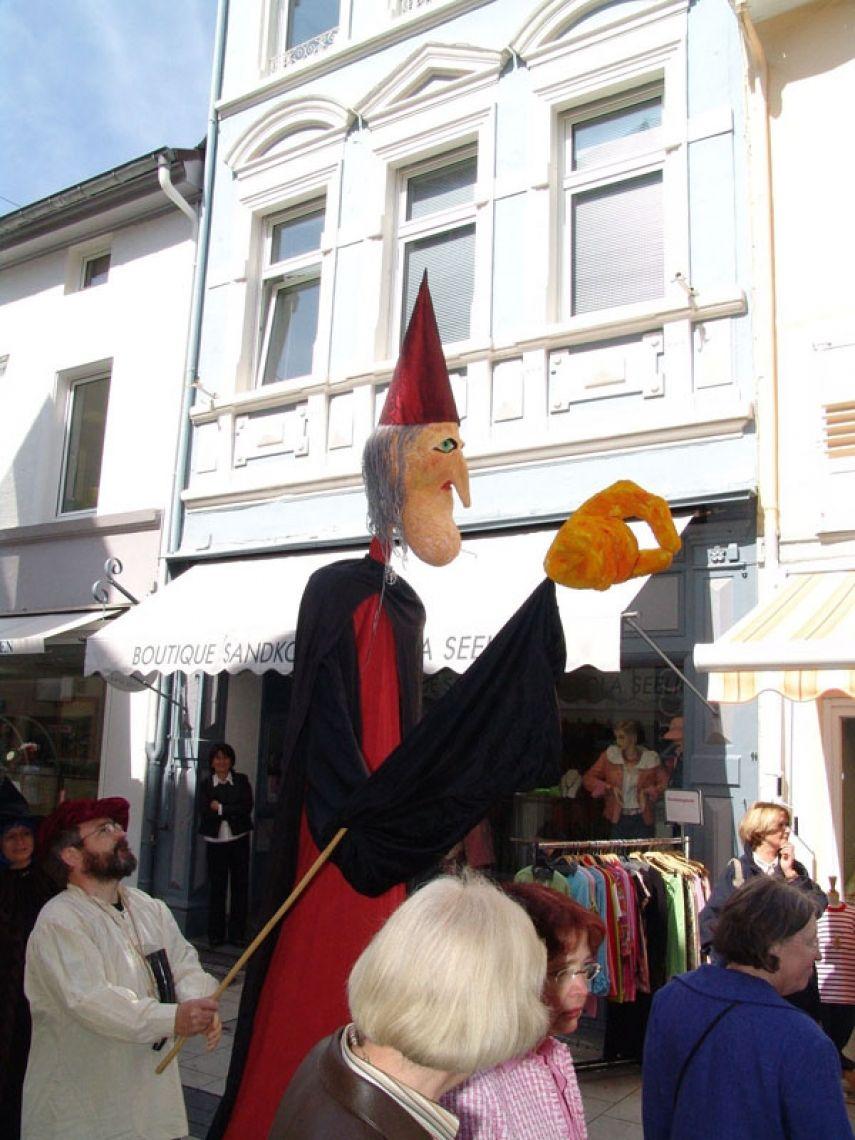 acting puppets in jeder Größe Straßentheater-Beitrag zur Eröffnung des Museums für Puppenspielkunst in Bad Kreuznach