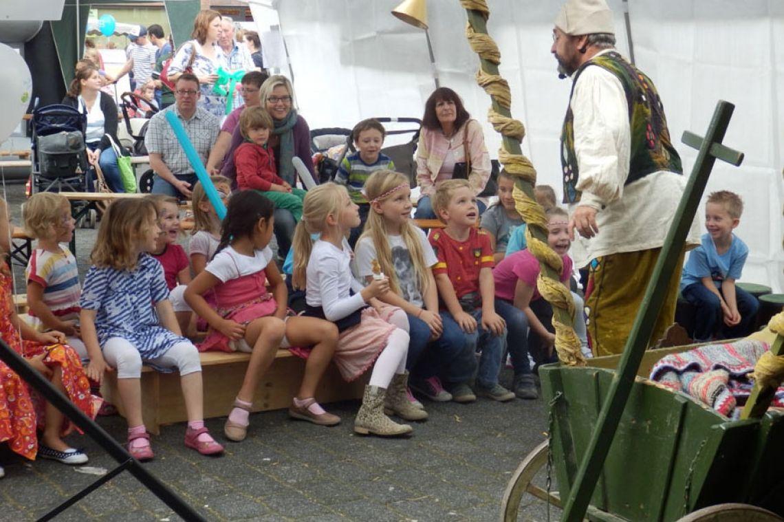 König Schlotterhose liebt spannende Geschichten, wie seine Untertanen Kinder- und Familientheater - bei Bedarf auch im Zelt, wie für beispielsweise für Werbegemeinschaft Ratingen/Lintorf