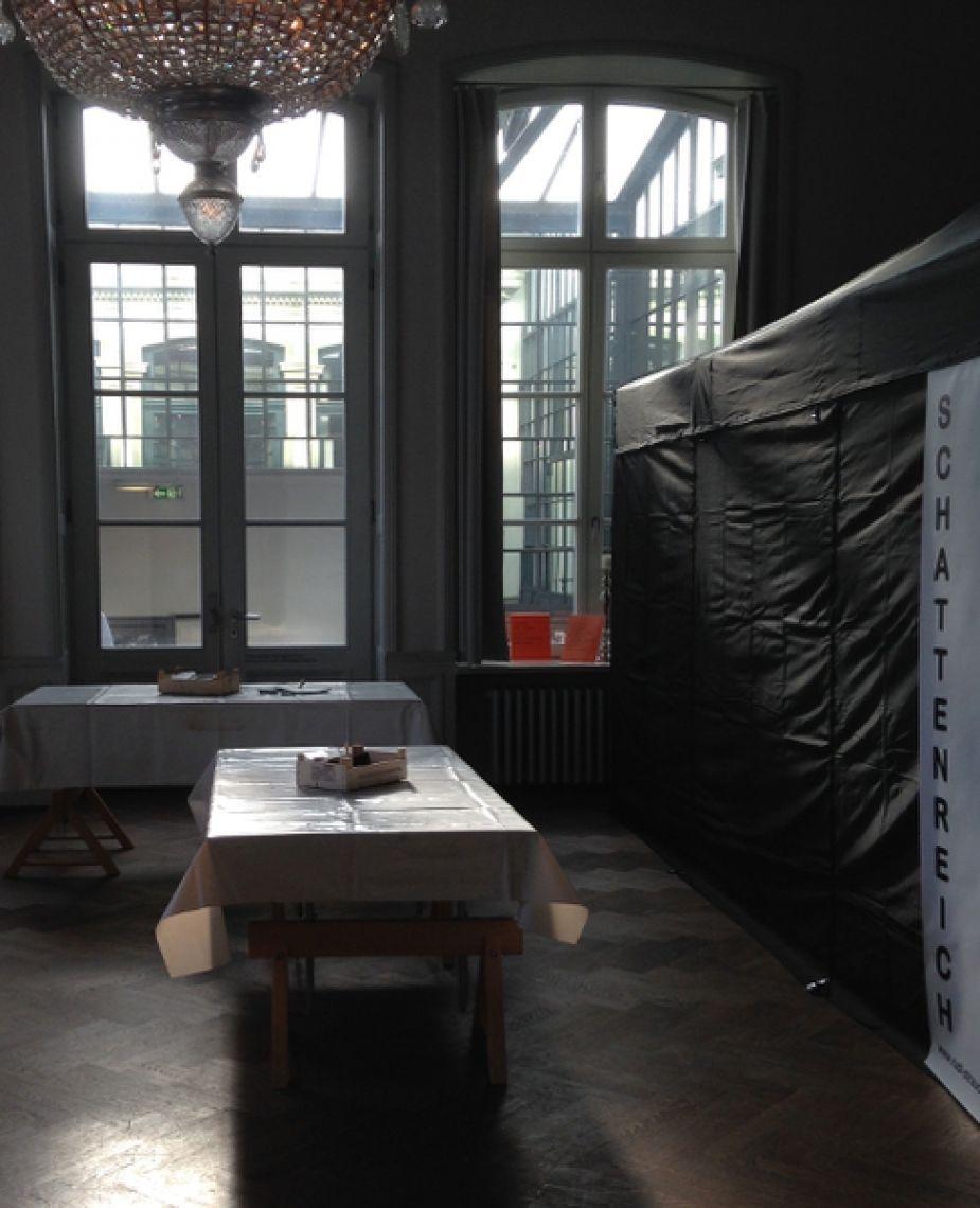 Schattenreich im Bahnhof Rolandseck Die Werktische und das Schattentheater-Zelt sind startklar - Ruhe vor dem Sturm