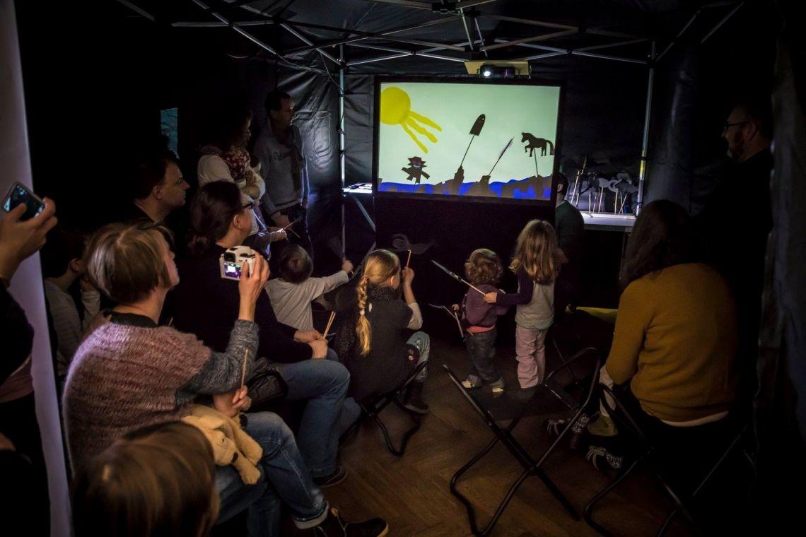 Im SCHATTENREICH - Theater performen die Workshop-Teilnehmer Jede Stunde präsentieren Workshop-Teilnehmer die Ergebnisse ihrer Arbeit. hier im ARP-Museum Rolandseck