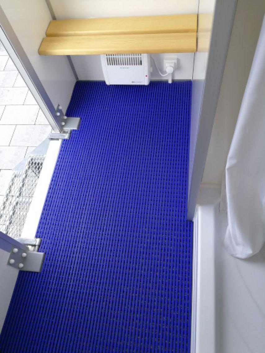 Dusche mit Hygienemappe Eigens angefertigte Nassraummatte. Ihre Gäste stehen dabei im Trockenen während das Wasser unterhalb des blauen Stegs abfließen kann.