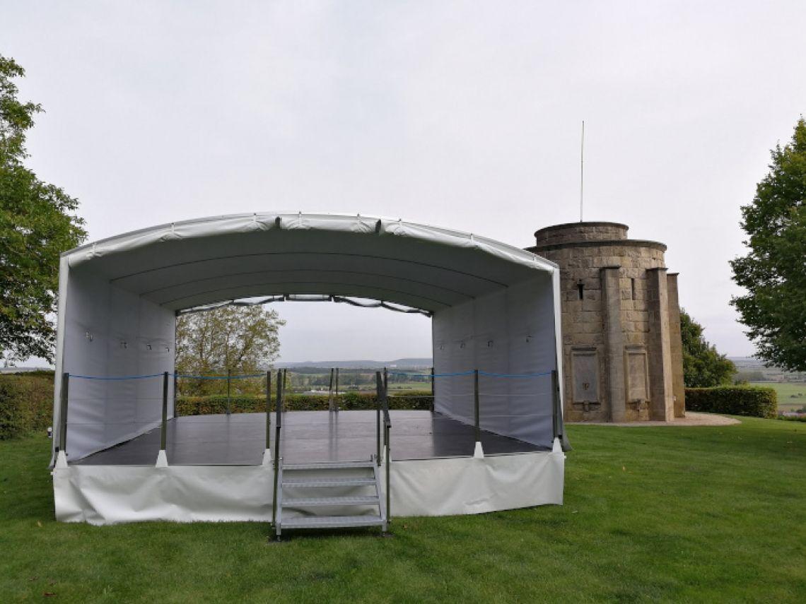 Mobile Bühne für Veranstaltungen  Exklusive Location für Events und Veranstaltungen wie Presse- und VIP-Bereiche, Produktpräsentationen uvm. Der mobile Bühnentrailer ist extrem schnell auf- und abgebaut.