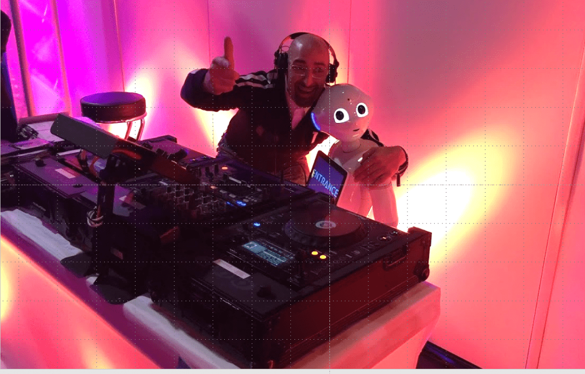 Messe-DJ, Event-DJ mit Pepper als DJ Kollegen Messe & Event DJ Vince, Pepper Humanoid, PSI Messe Party, Messe Düsseldorf, Eventklang Entertainment, Köln, NRW