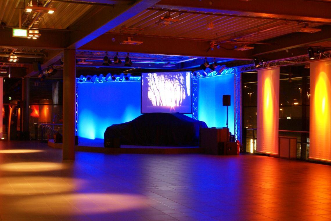 Veranstaltungstechnik, Bühne, Ton- und Lichttechnik in einem Autohaus