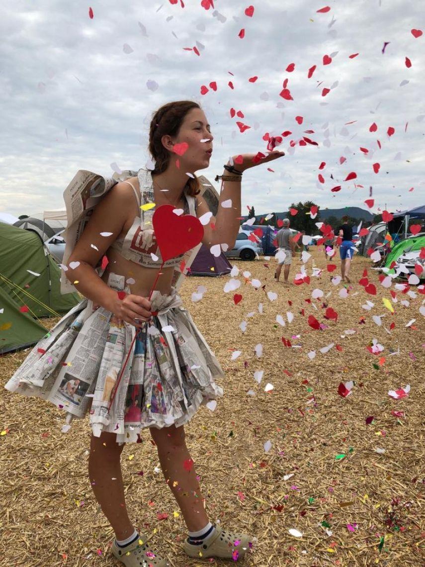 """Upcycling ist der Trend der Stunde: """"Zeigt uns ein Outfit, das Ihr aus der Festival Zeitung hergestellt habt!"""""""