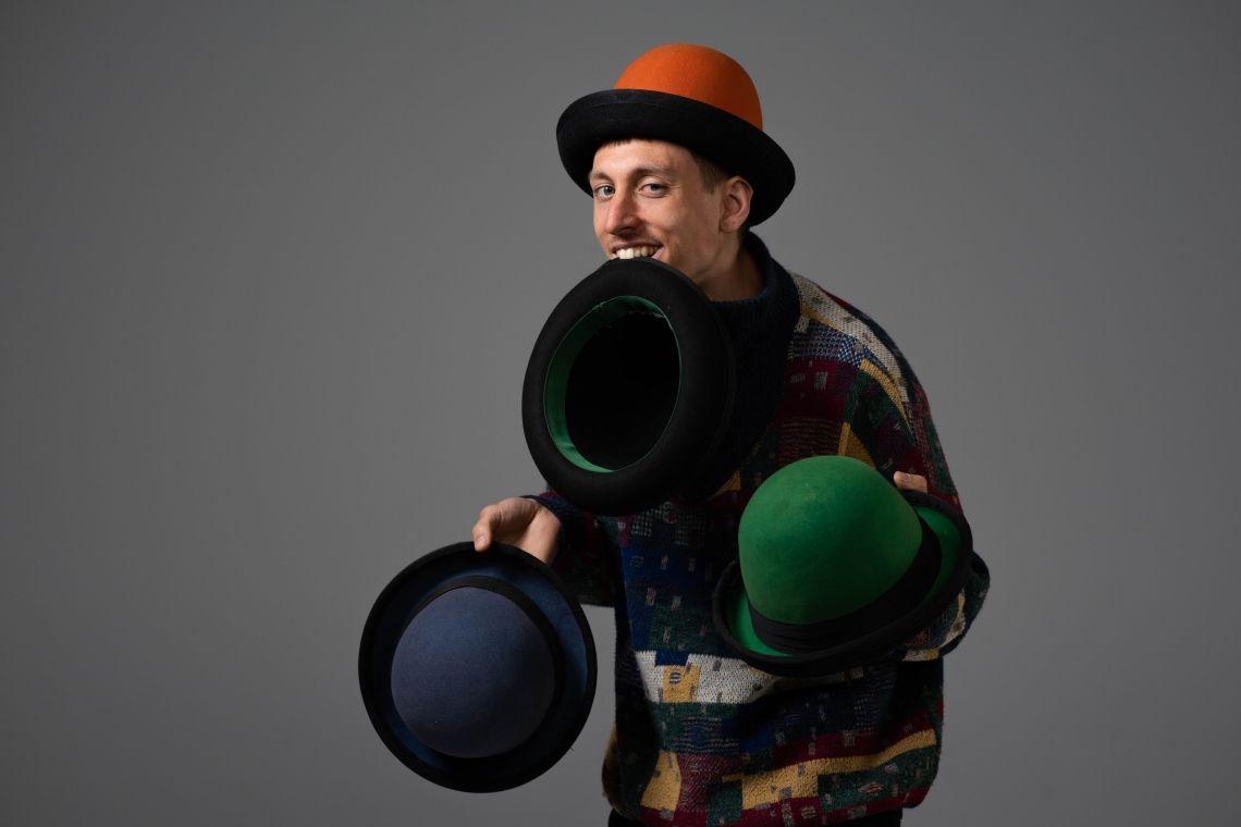 Herzjongleur (Im Bild: Hutjongleur Hugo ) Die Jongliershow zum Verlieben