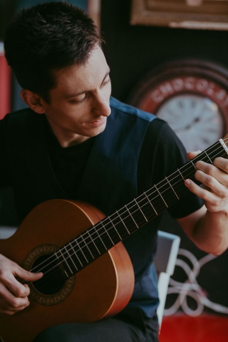 Konzertgitarre Der Gitarrensolist lädt mit ausgewählten Melodien ein zum Träumen – mal klassisch, mal modern.