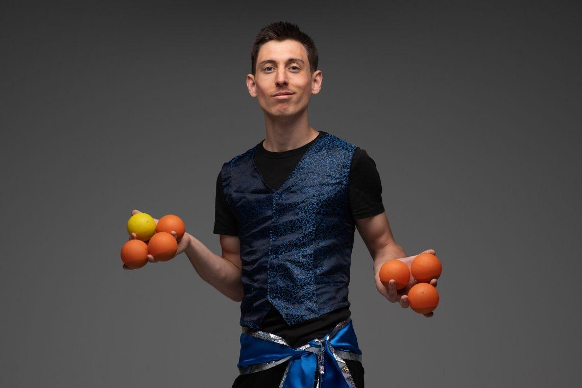 Herzjongleur (Im Bild: Balljongleur Tobias ) Die Jongliershow zum Verlieben