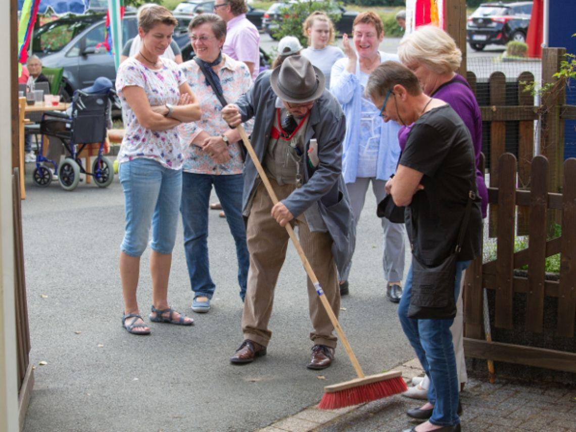 Der Hausmeister Franz Kokolores kümmert sich originell um sauberen Spaß.