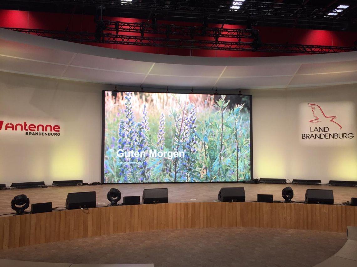 LED-Wände in jeder Größe Unsere hochaufgelösten LED-Wände kommen auf Konferenzen, Messen und Firmenevents, aber auch bei Film- und Werbe-Drehs zum Einsatz.