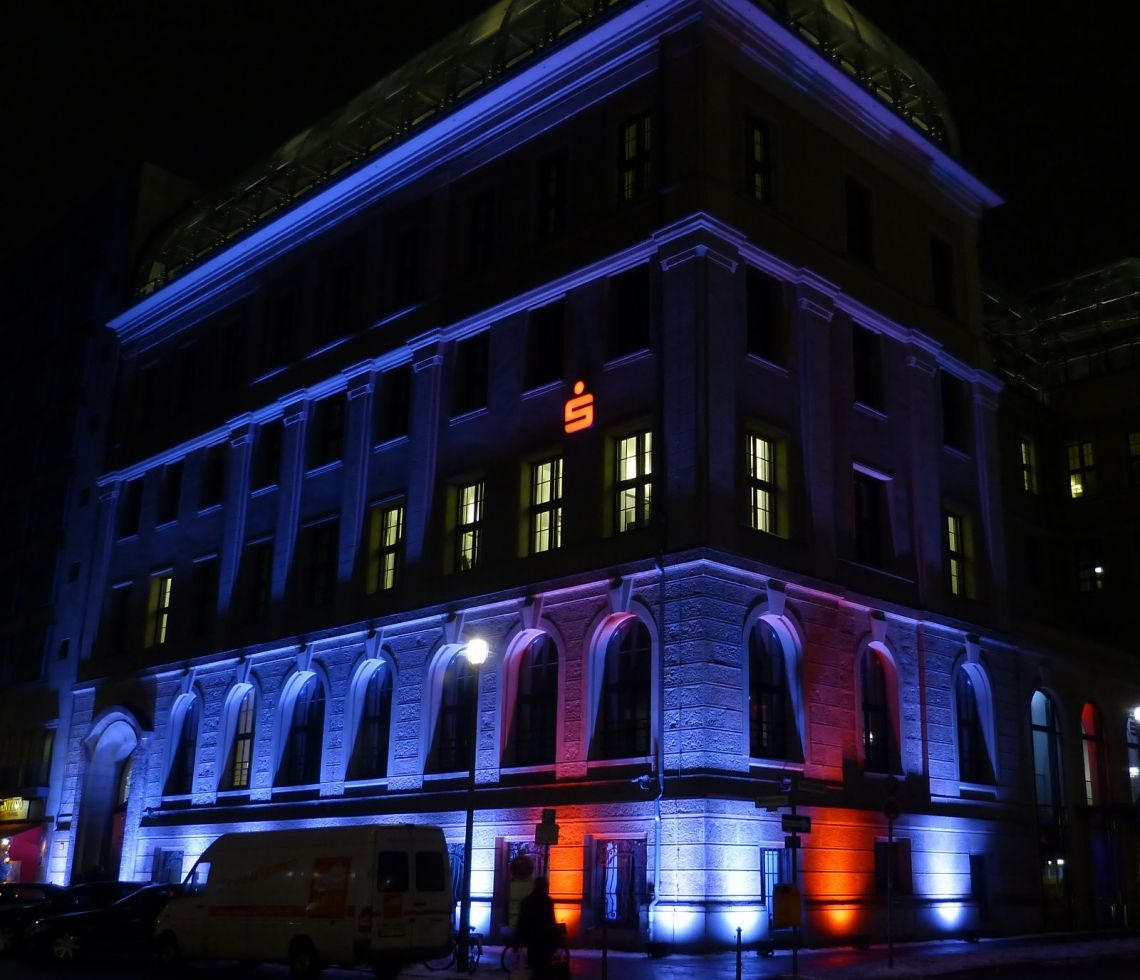 Architektur-Licht - Outdoor-Licht in allen erdenklichen Farben Wir verwenden fast ausschließlich akkubetriebene Scheinwerfer. Diese garantieren einen ultraschnellen Aufbau, weil alle Kabel entfallen. Steuerung der Farben und Effekte über Funk.